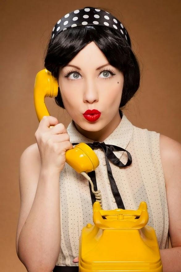 pin up hablando por teléfono