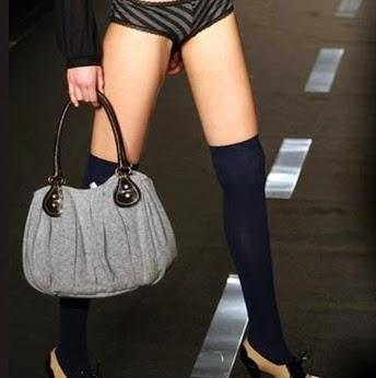 mujer lencería con bolso
