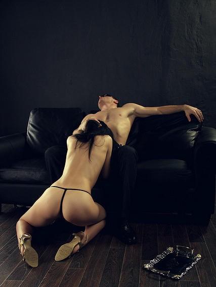 felación en el sofá